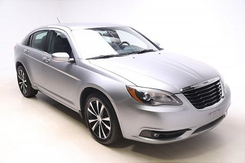 Pre-Owned 2013 Chrysler 200 Touring FWD 4D Sedan